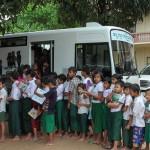移動図書館に並ぶビルマの子供達