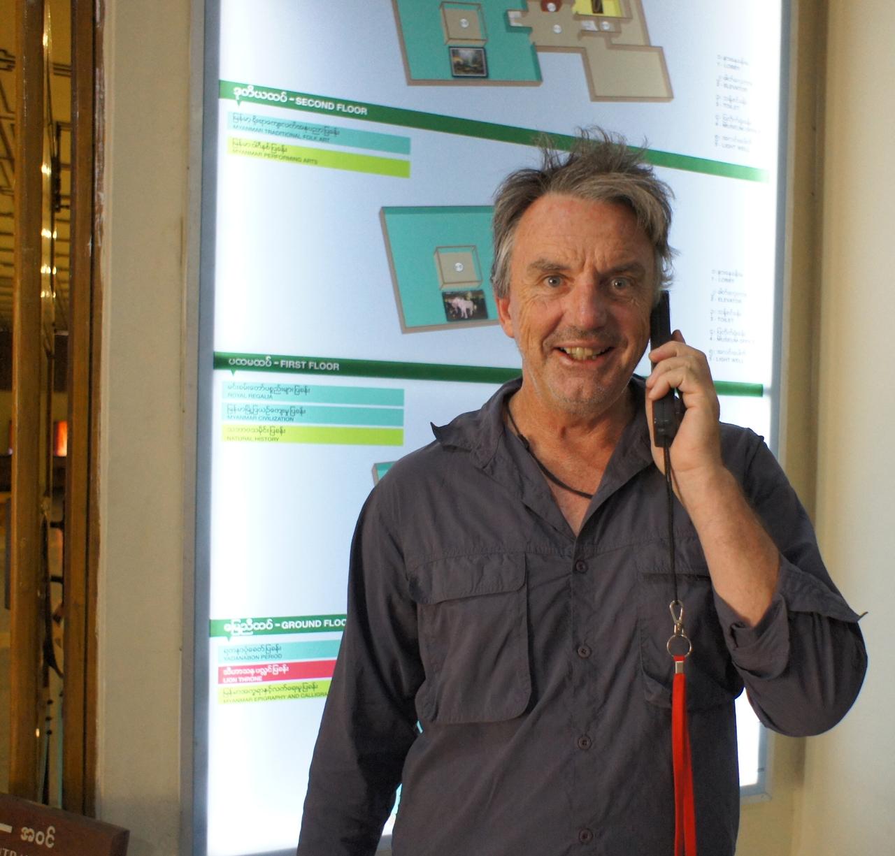 ミャンマー国立博物館にて音声ガイドを使う観光客