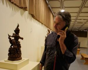 音声ガイドを使う外国人観光客。