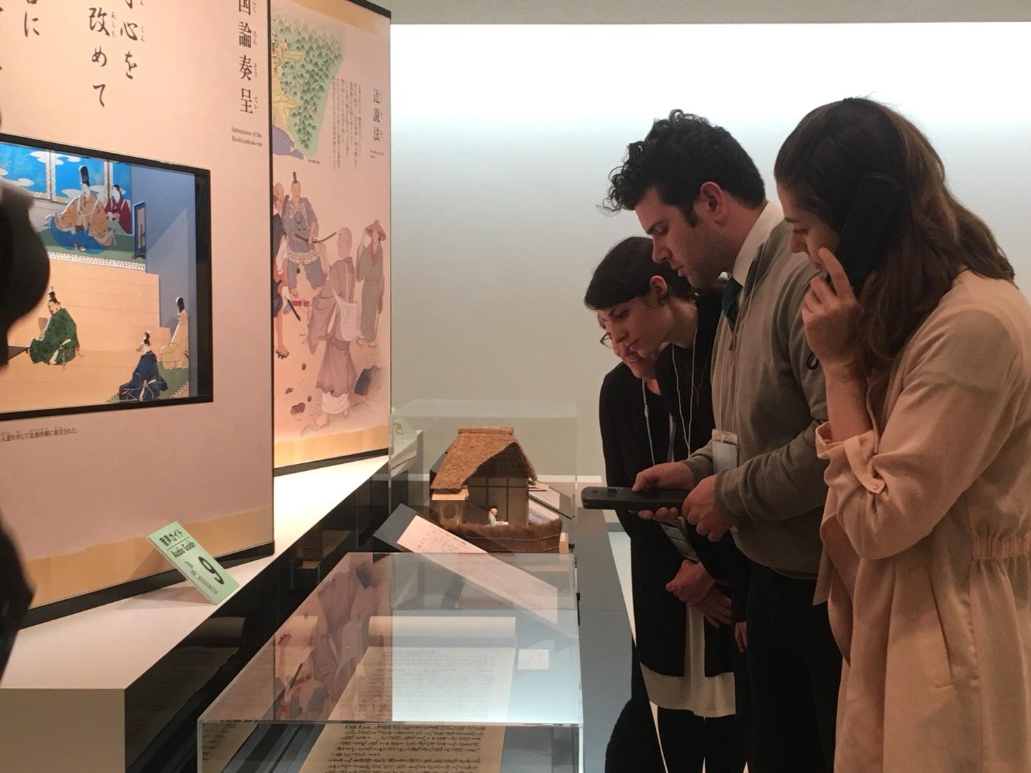 大石寺音声ガイドを利用する外国人観光客